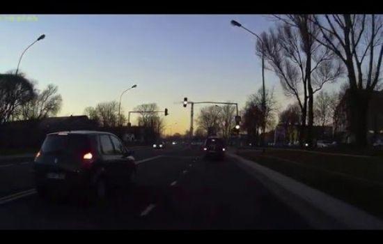 Mokyklos gatve.Pėsčiųjų perėją.Raudona šviesa.